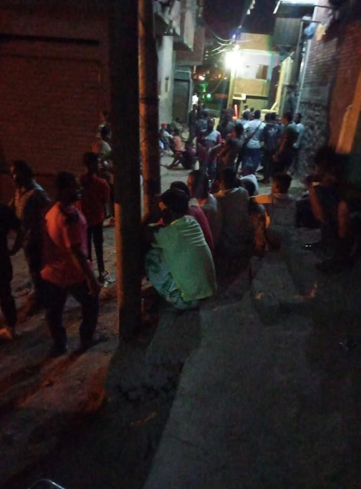 سكان المنطقة يراقبون المشهد (2)