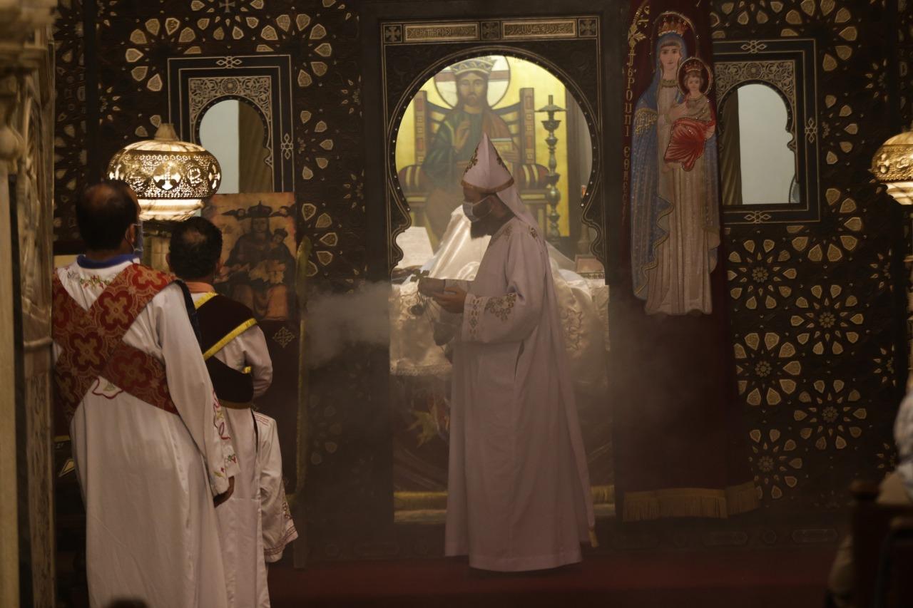 كاهن الكنيسة المعلقة أثناء القداس