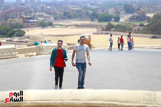 إقبال الشباب على الأهرامات