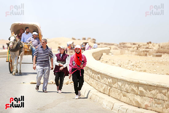 أسرة تقضى إجازة العيد فى الأهرامات