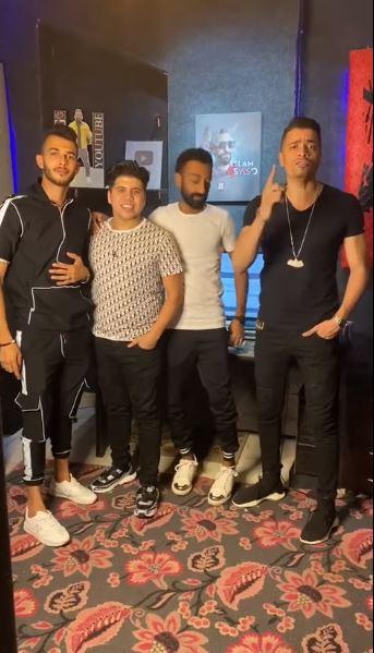 حسن شاكوش مع عمر كمال وإثنين من الأصدقاء (1)