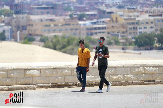الشباب فى منطقه الاهرامات