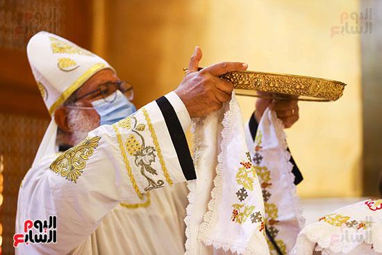 الكاهن يرفع الحمل ويبارك الموجودين