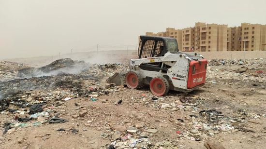 السيطرة-على-حريق-للمخلفات-والقمامةبالصداقه-الجديدة-باسوان-(1)