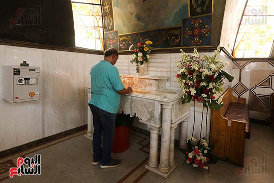 احد المصلين يصلى امام الايقونة