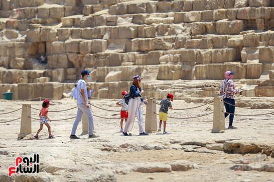 الأطفال مع أسرهم فى الأهرامات