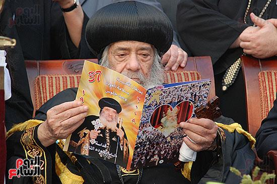 البابا يتأمل فى الكتاب المعد للاحتفالية