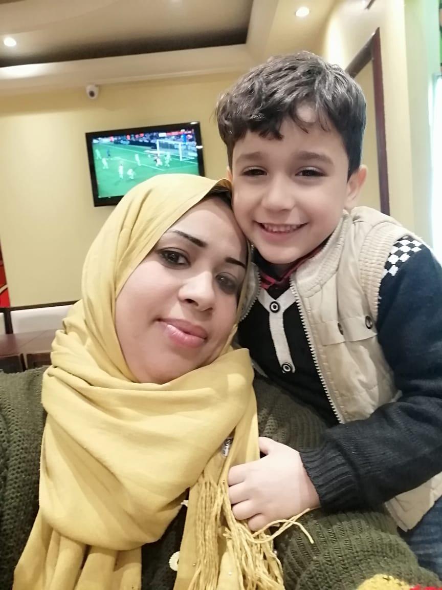 مع ابنها سيف