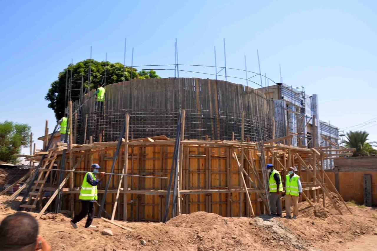 محافظ الأقصر يواصل جولاته ويتابع مشروعات الصرف والمركز التكنولوجي  (3)