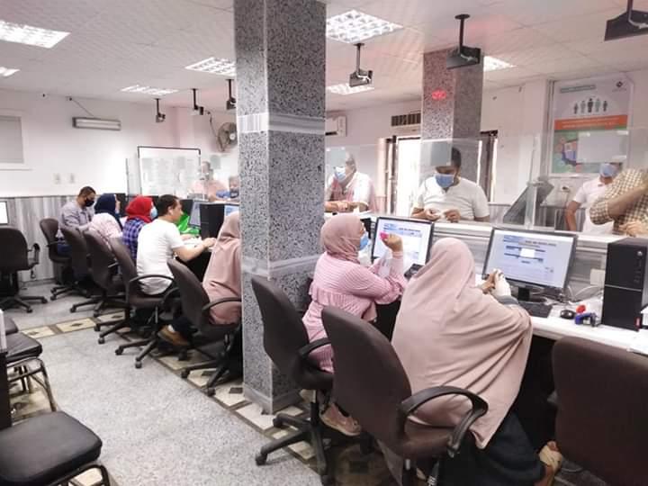 اقبال المواطنين داخل المراكز التكنولجية لتدقيم طلبات تصالح مخالفات البناء (2)