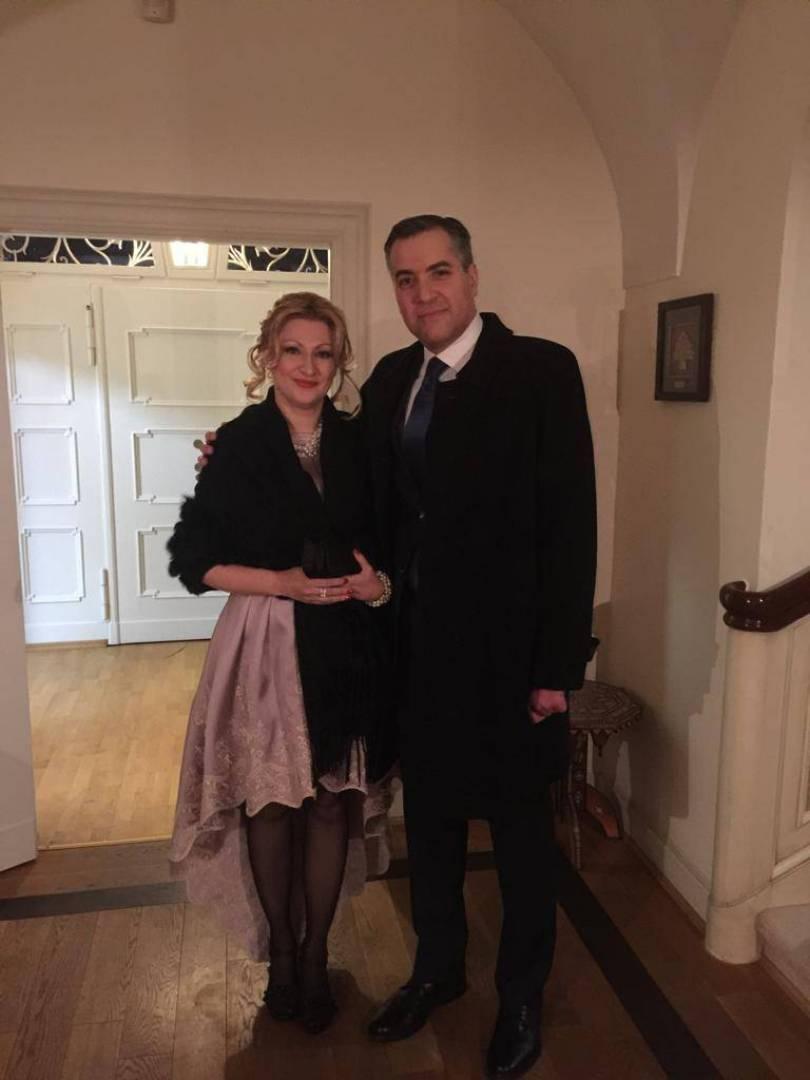 مصطفى أديب برفقة زوجته الفرنسية