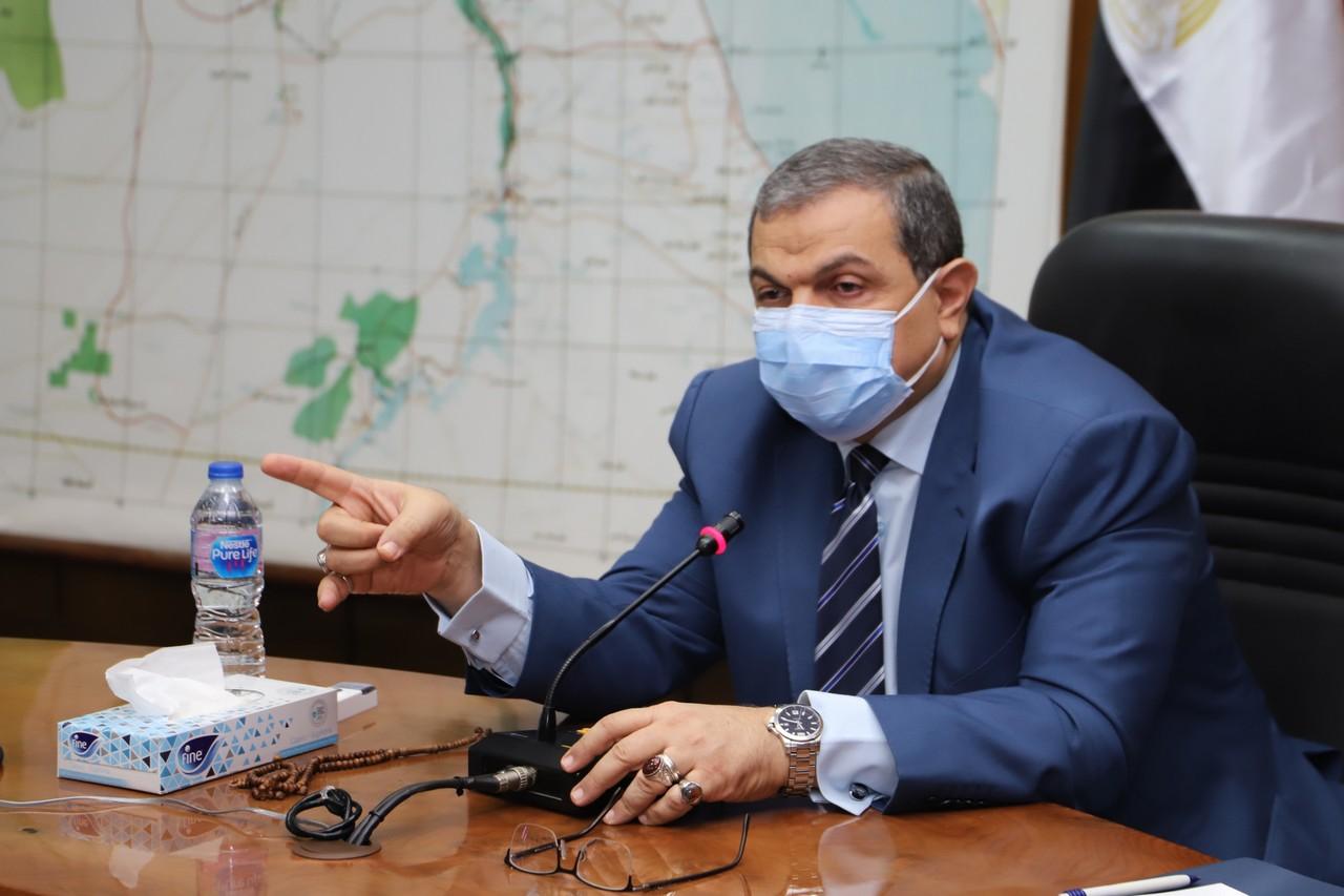 اجتماع وزير القوى العاملة مع رؤساء الإدارات المركزية ومديرى العموم بالوزارة  (7)