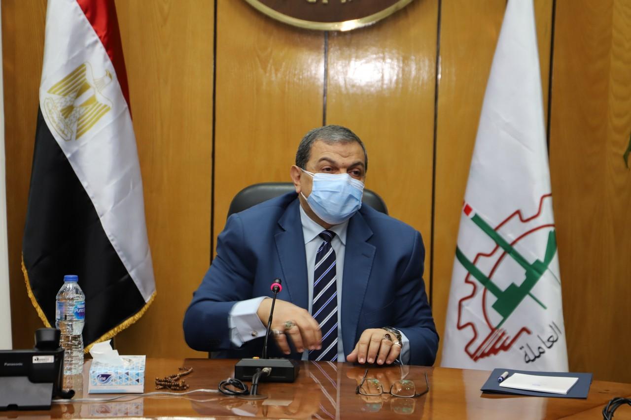 اجتماع وزير القوى العاملة مع رؤساء الإدارات المركزية ومديرى العموم بالوزارة  (2)