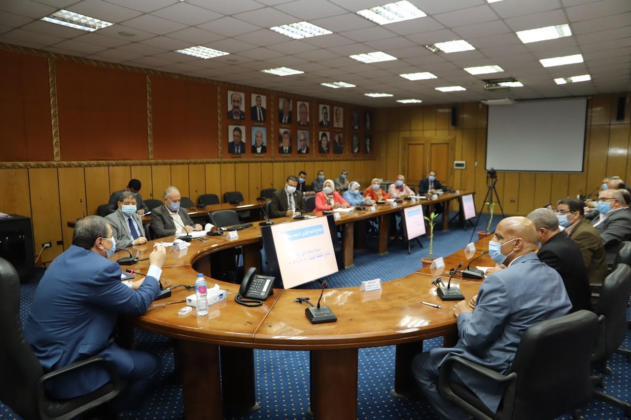 اجتماع وزير القوى العاملة مع رؤساء الإدارات المركزية ومديرى العموم بالوزارة  (5)