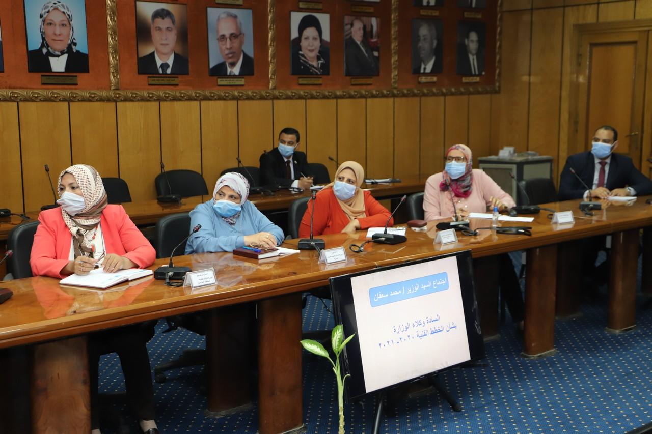 اجتماع وزير القوى العاملة مع رؤساء الإدارات المركزية ومديرى العموم بالوزارة  (4)