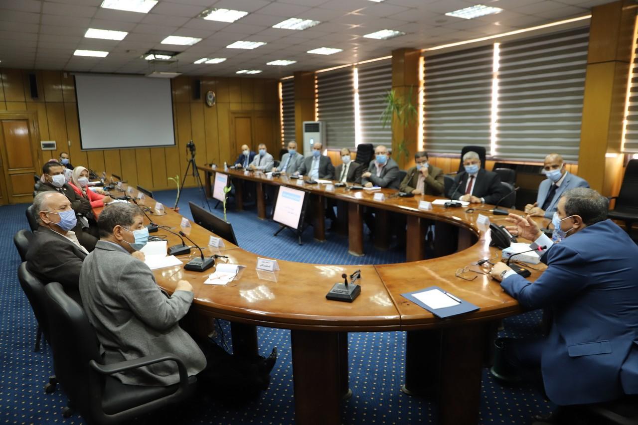 اجتماع وزير القوى العاملة مع رؤساء الإدارات المركزية ومديرى العموم بالوزارة  (6)