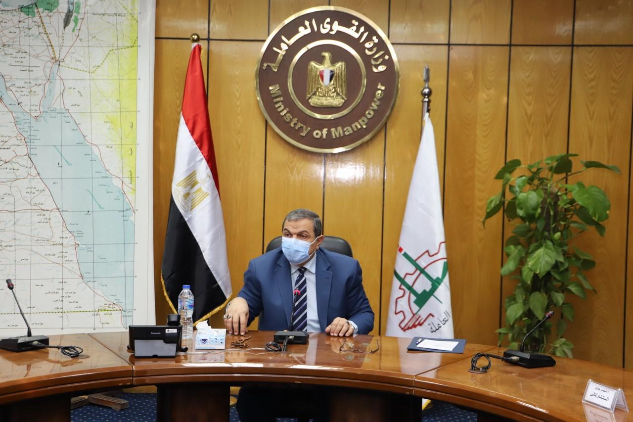 اجتماع وزير القوى العاملة مع رؤساء الإدارات المركزية ومديرى العموم بالوزارة  (3)