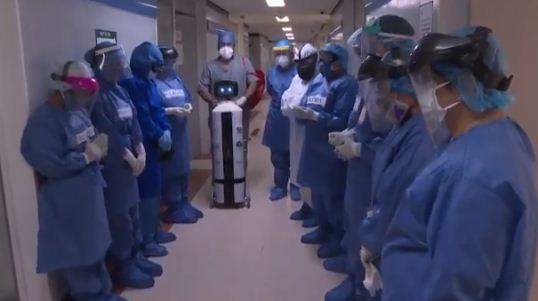 الروبوت وسط اطقم المستشفى