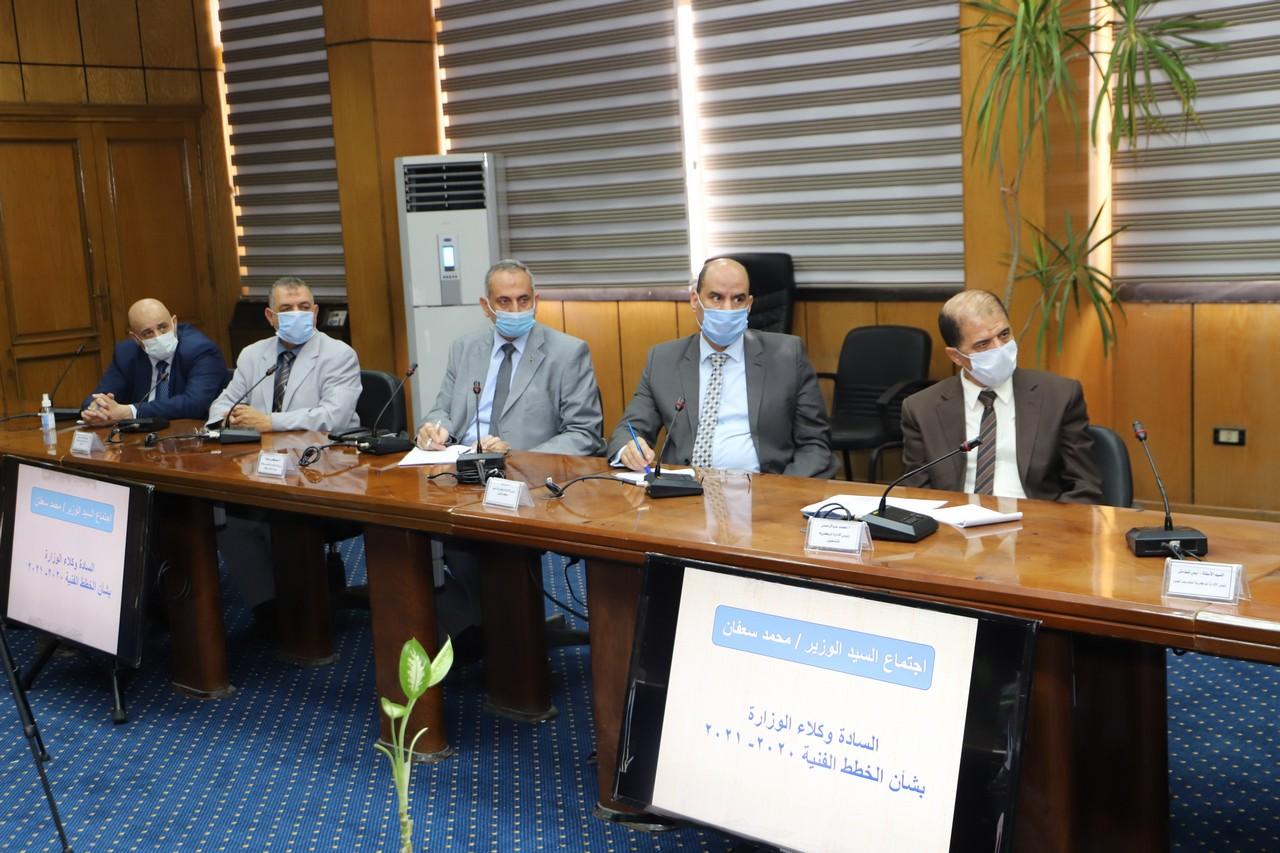 اجتماع وزير القوى العاملة مع رؤساء الإدارات المركزية ومديرى العموم بالوزارة  (8)
