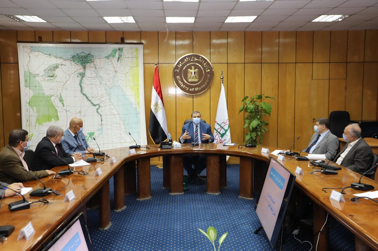 اجتماع وزير القوى العاملة مع رؤساء الإدارات المركزية ومديرى العموم بالوزارة  (9)