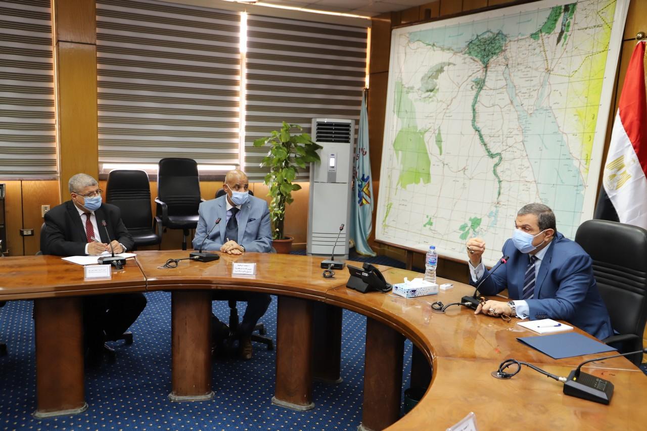 اجتماع وزير القوى العاملة مع رؤساء الإدارات المركزية ومديرى العموم بالوزارة  (10)