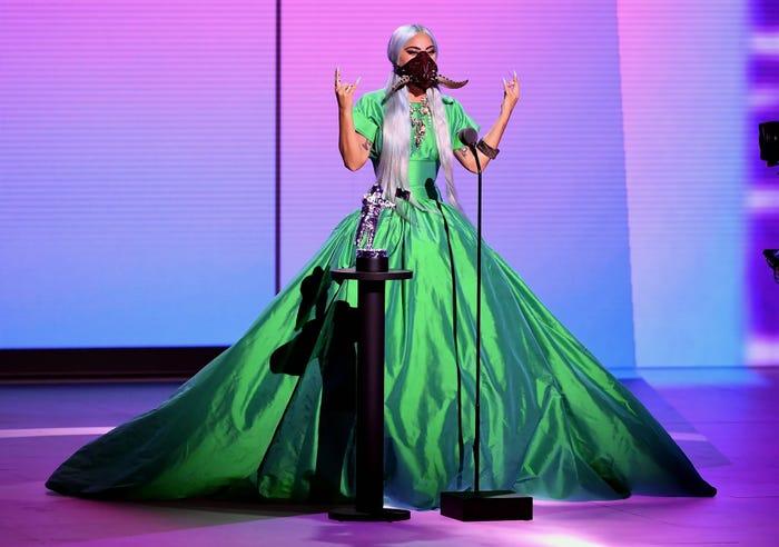 ليدى بفستان لونه أخضر