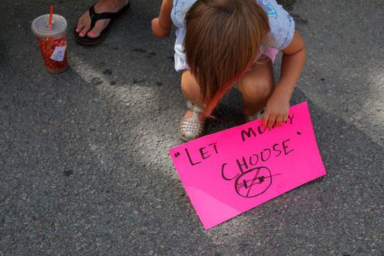 66962-طفلة-تبلغ-3-سنوات-شاركت-مع-أسرتها-في-الوقفة