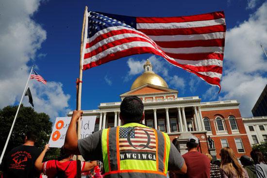 68277-متظاهر-يحمل-العلم-الأمريكي