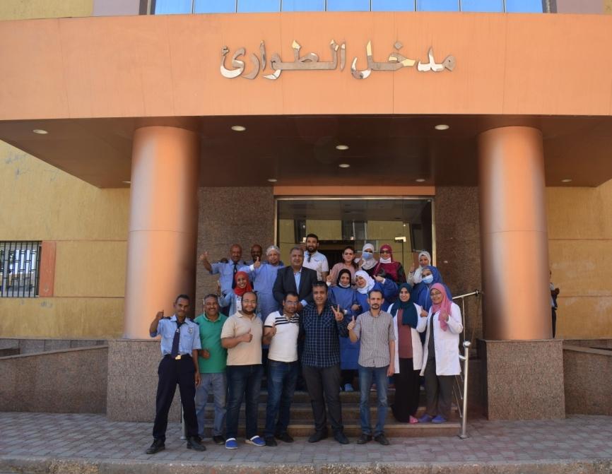 الفريق الطبى بمستشفى الأقصر العام يحتفلون بخروج آخر حالتين كورونا  (2)