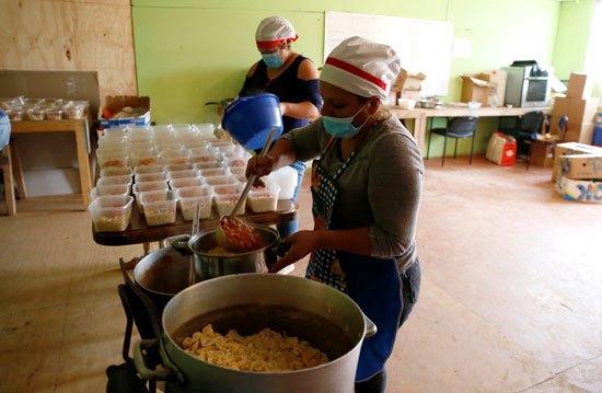 47598-متطوعون-يعدون-الطعام-في-فينا-ويلتزمون-بالإجراءات-الاحترازية