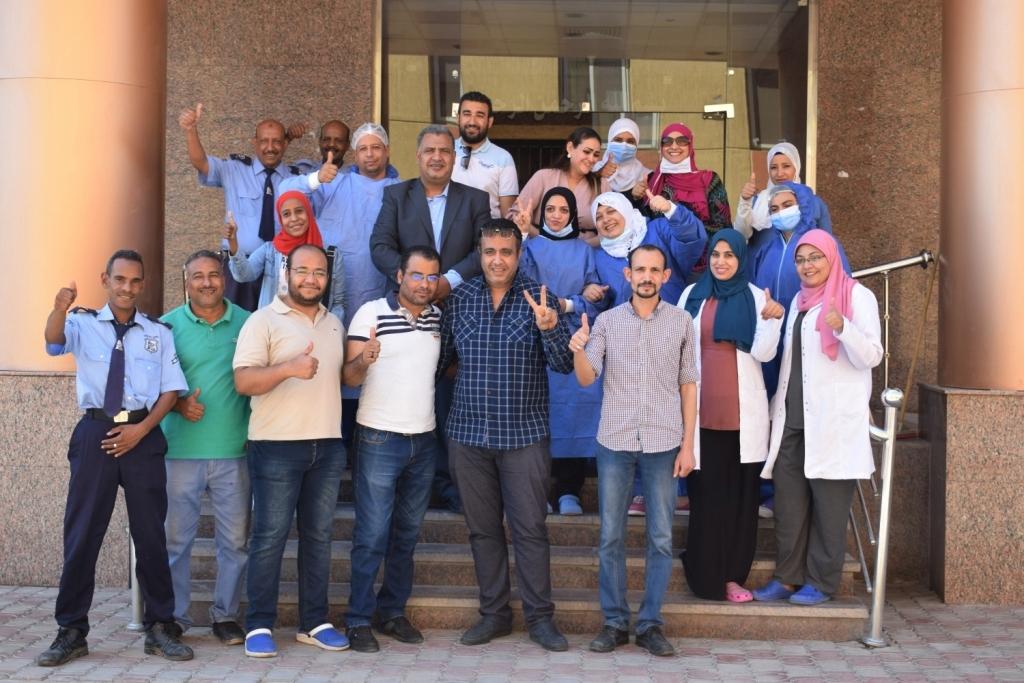 الفريق الطبى بمستشفى الأقصر العام يحتفلون بخروج آخر حالتين كورونا  (1)