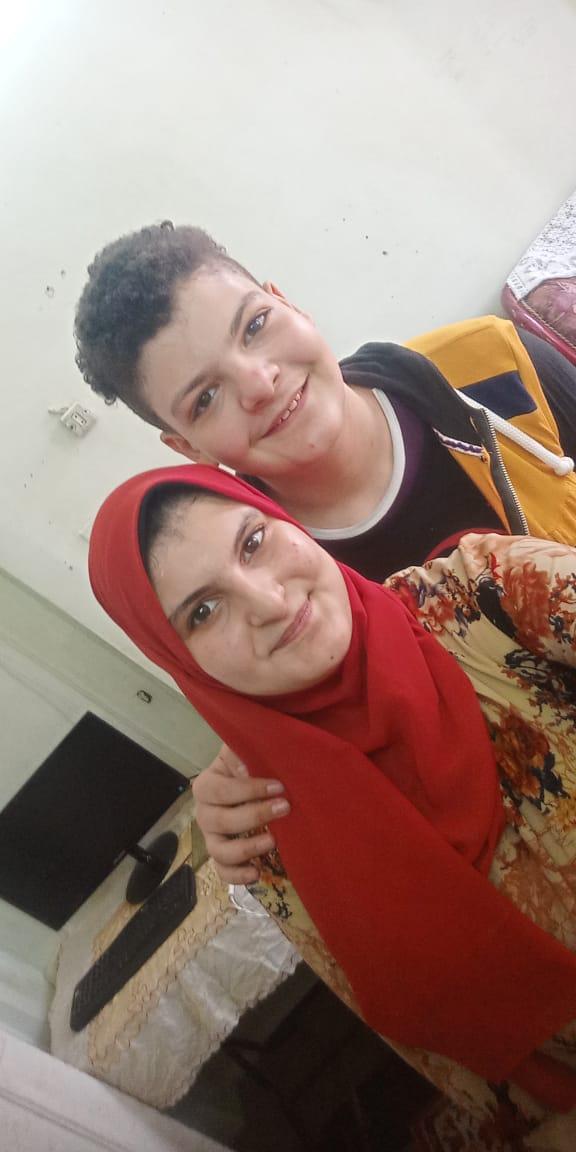 الطالبة شاهيناز  أيمن الأولى بالثانوية العامة  مع شقيقها