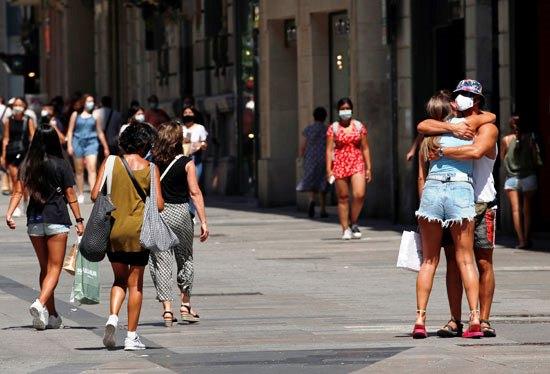 52010-في-برشلونة-يرتدون-أقنعة-الوجه-خلال-لقائهم-بالقبلات