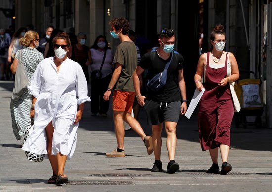 55074-الالتزام-بالكمامة-في-شوارع-برشلونة