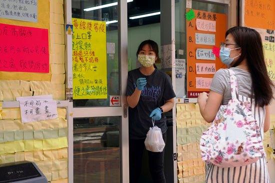 59491-الالتزام-بالكمامة-في-الصين-خلال-شراء-الطعام