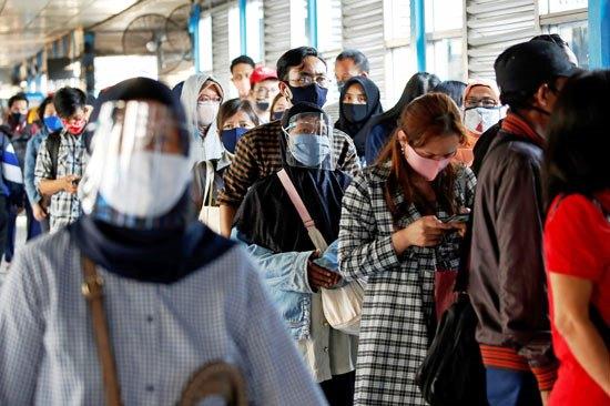 61651-ركاب-يرتدون-أقنعة-واقية-من-كورونا-خلال-انتظارهم-الحافلة-في-إندونيسيا