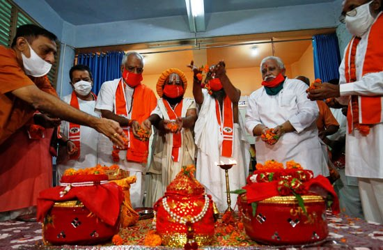 65382-كهنة-هندوس-يرتدون-أقنعة-واقية-من-الفيروس-خلال-تأديتهم-لبعض-الطقوس