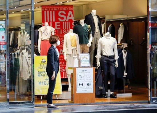 70459-إرشادات-بالتباعد-والاجراءات-الاحترازية-داخل-محلات-بيع-الملابس-في-طوكيو