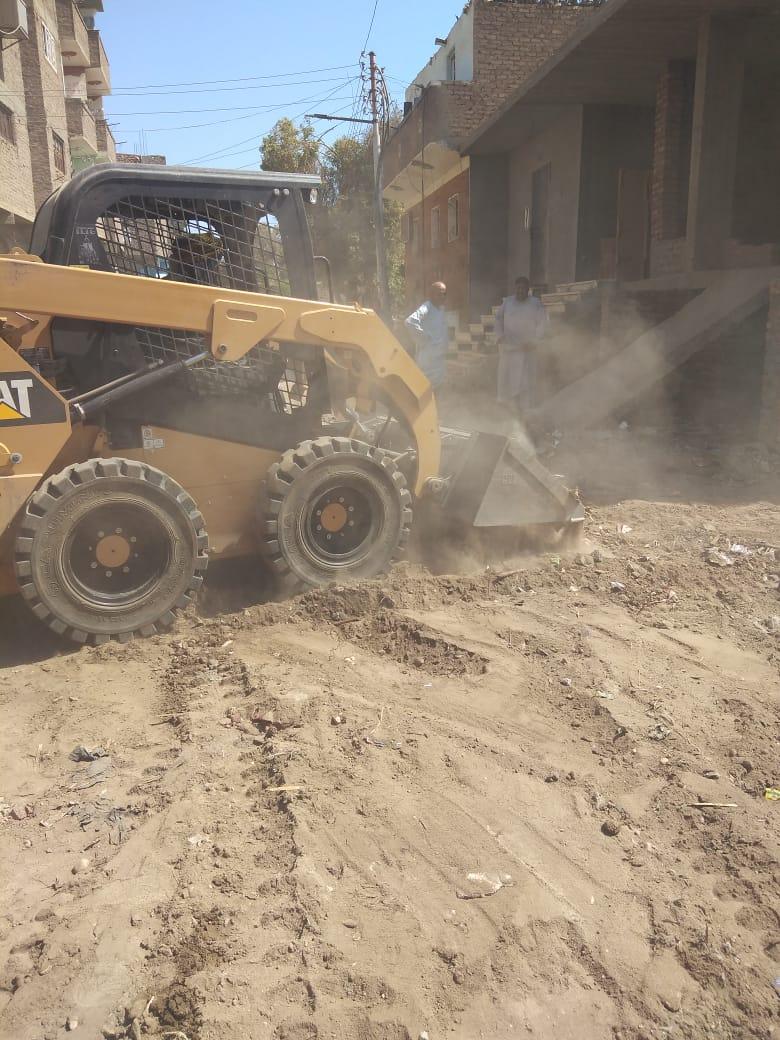 رفع 50 طن مخلفات وتراكمات بقرى مدينة الزينية شمال الأقصر (1)