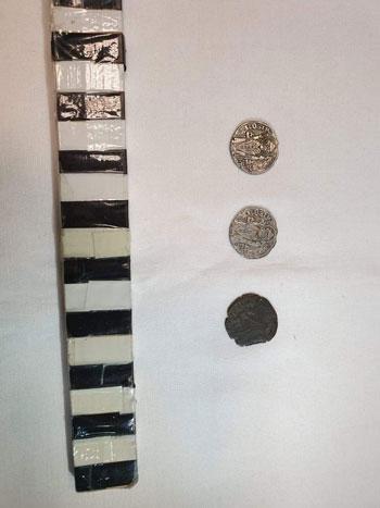 محاولة تهريب عدد من العملات الأثرية والتاريخية  (2)