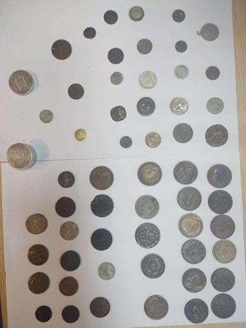 محاولة تهريب عدد من العملات الأثرية والتاريخية  (1)