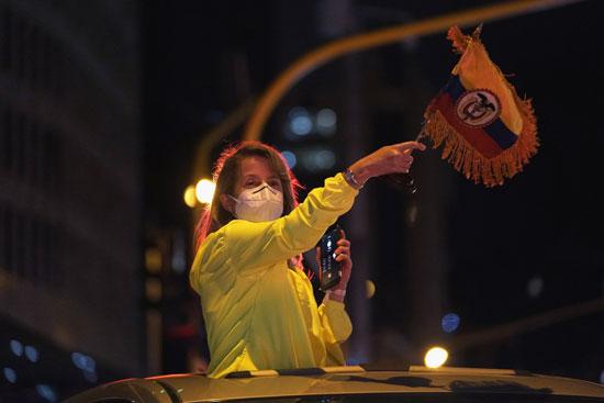 سيدة تشارك فى الاحتجاج على الاقامة الجبرية للرئيس السابق