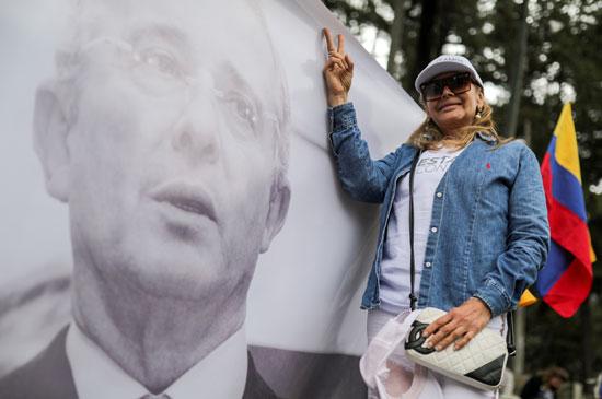 أنصار الرئيس السابق ألفارو أوريبى يرفعون علامة النصر