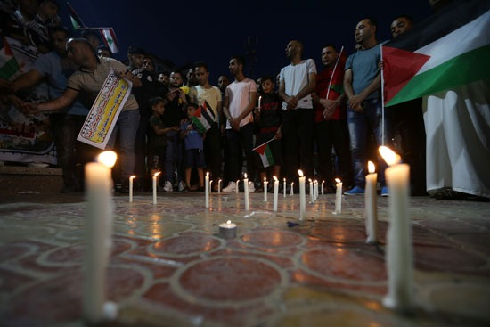 شباب فلسطين يضيئون الشموع تضامنًا مع الشعب اللبناني