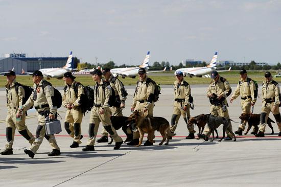 فريق الإنقاذ برفقة كلاب المهمة الصعبة