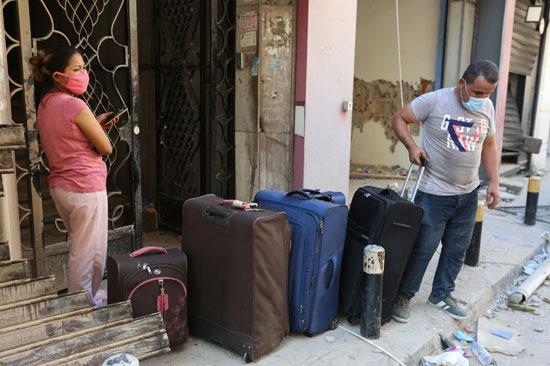 اللبنانيون يجهزون أمتعتهم للانتقال من المباني القريبة من الانفجار
