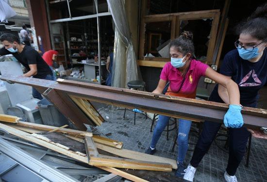 شباب لبنان ينضف ويمحي آثار الانفجار