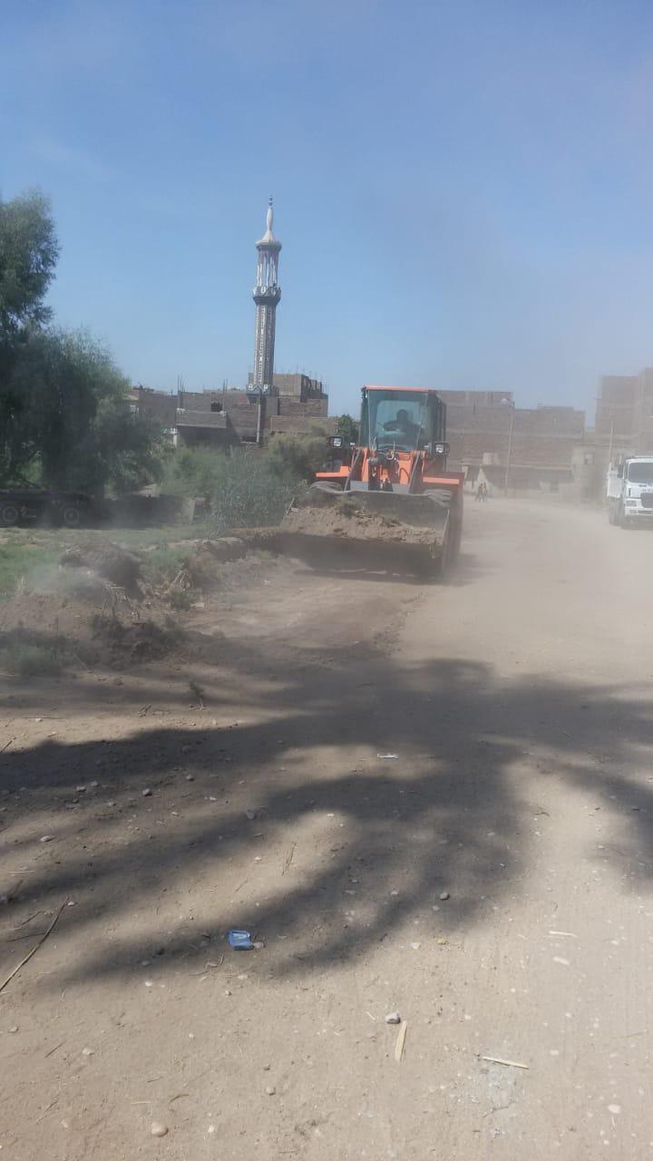 رفع 50 طن مخلفات وتراكمات بقرى مدينة الزينية شمال الأقصر (2)