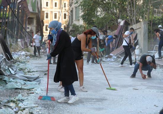 المتطوعون ينظفون الشوارع بعد الانفجار