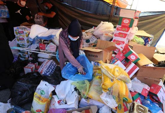 متطوعون يجمعون مساعدات لتوزيعها على المتضررين